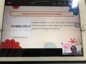 インドネシア共和国デンパサール・マハサラスワティ大学で本学修了生がプレゼンしました